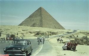 Плато Гизы. Пирамида Хеопса (Хуфу). 80-е годы прошлого столетия. Древний Египет. Фото.