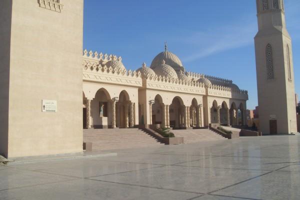 Современная мечеть на набережной Марина. Построена полностью на пожертвования. Рядом завершается строительство нового порта. Говоря, на открытие приедет сам президент Египта.