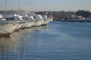 Сразу по прилету, несмотря на разницу во времени в 7 часов, конечно же, первым дело посетили Марину с белоснежными яхтами.