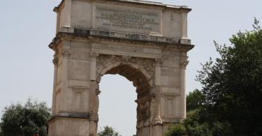 Арка Антония рядом Колизеем в Риме