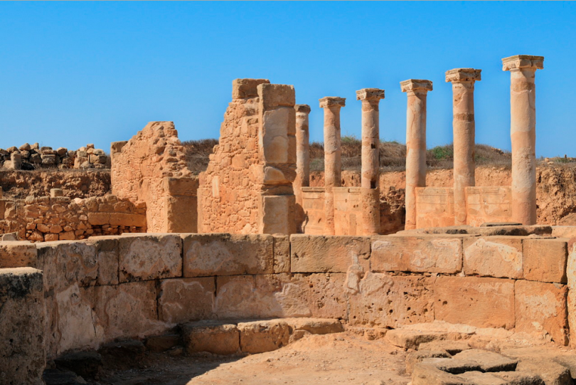 руины колонн древнего римаф фото